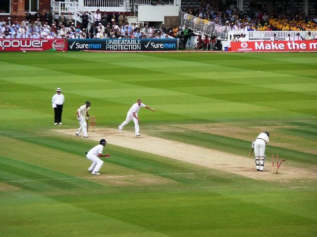 Flintoff_bowling_Siddle,_2009_Ashes_2