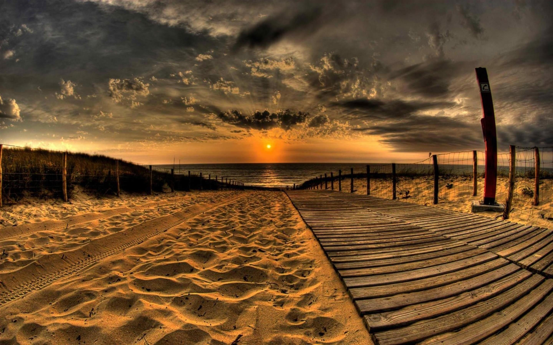 percorso-di-legno-nella-sabbia